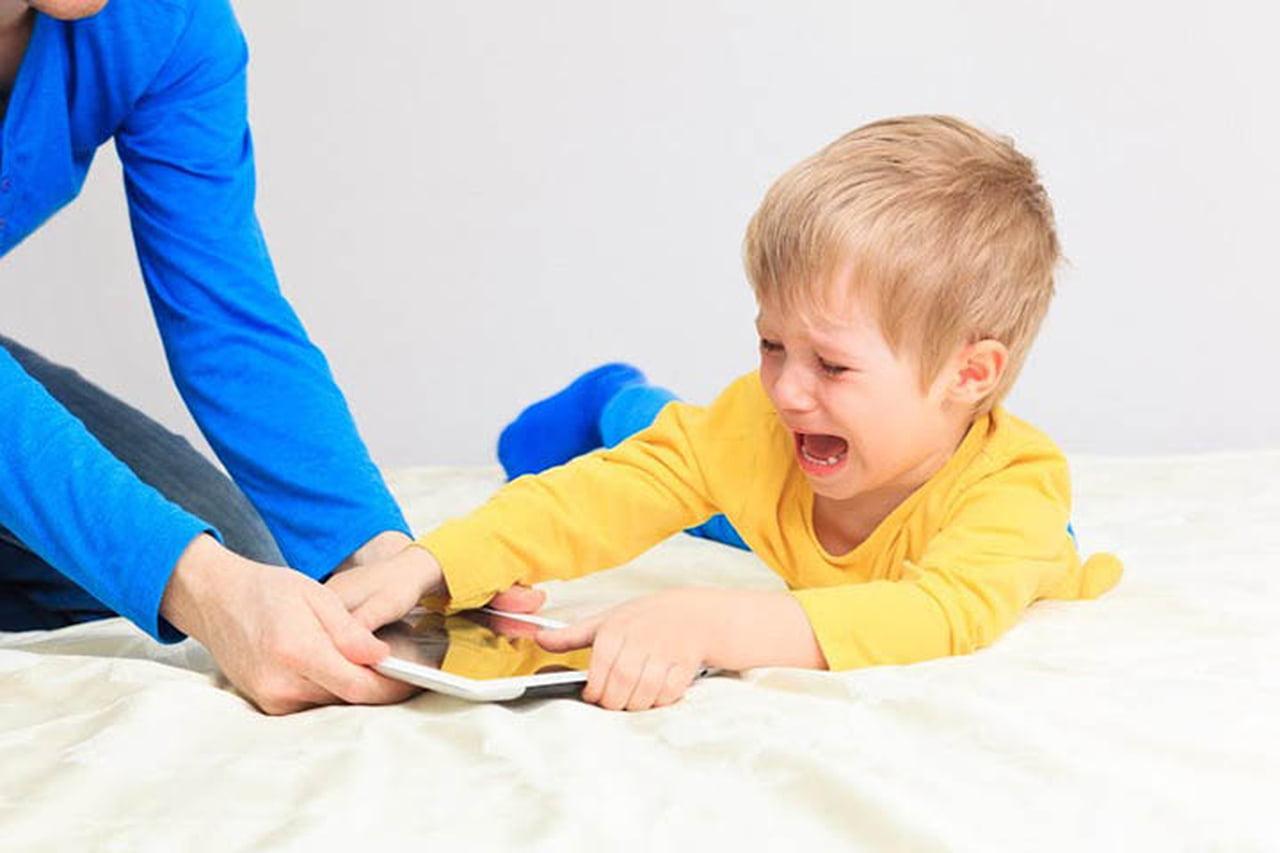 صورة كيفية التعامل مع الطفل العنيد , قواعد التربية الايجابية السليمة بعيدا عن العناد