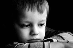 صور صور اطفال حزينه , شكل الطفل وهو حزين